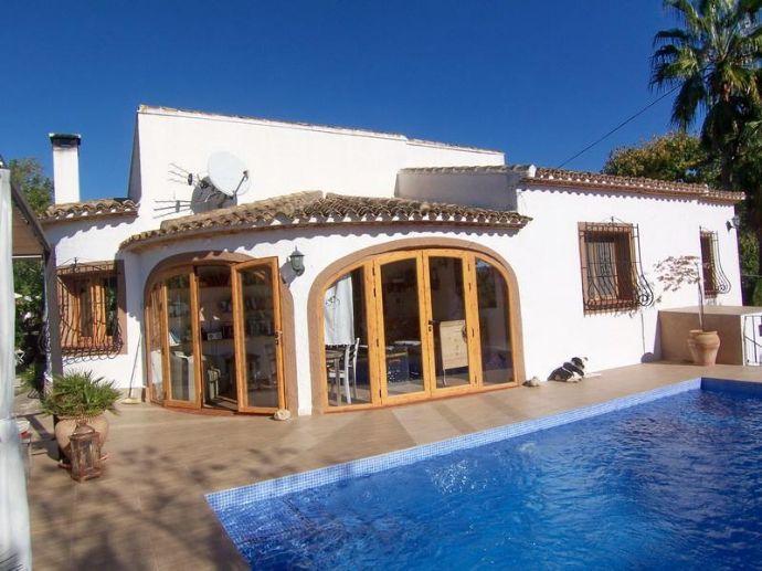 Schöne Eingeschossige Villa Mit 3 Schlafzimmer Und Neuen Pool In Jalon An  Der Costa Blanca