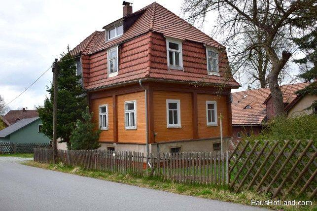 Schönes Familien-Wohnhaus mit großen Nebengebäuden