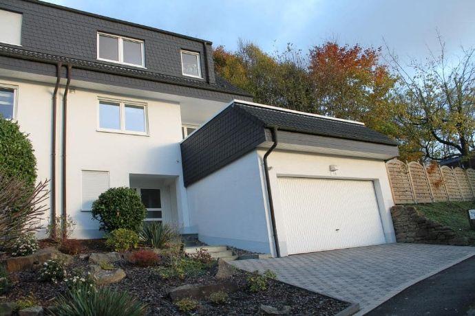 Modernes haus mit doppelgarage  Modernes Einfamilienhaus mit Doppelgarage