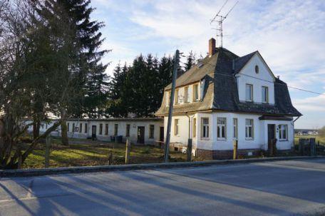 Riesiges anwesen mit villa und 550m flachbau auf 8500 m for Flachbau haus bauen