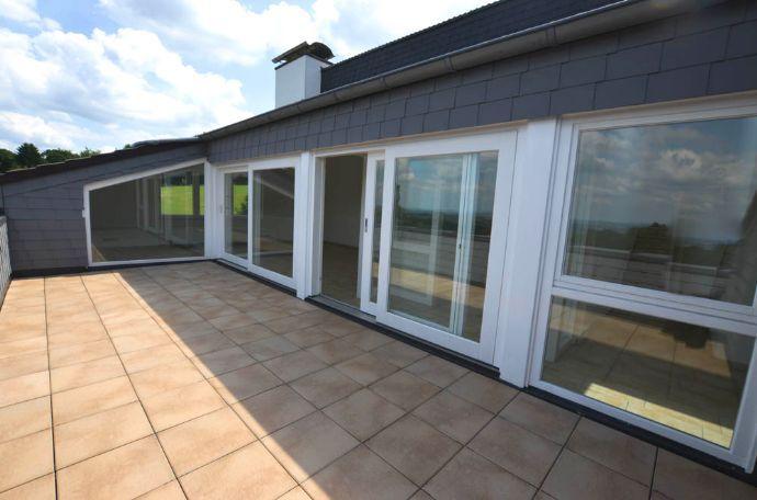 Penthousewohnung Mit Dachterrasse, 3 Loggien Und Fernblick In