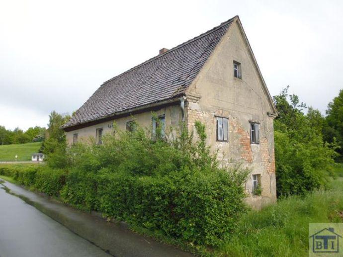 Stark sanierungsbedürftiges Wohnhaus am Ortsrand