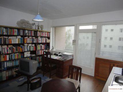 IMMOBERLIN: Modernisierte Wohnung mit hellem Ambiente & Südwestloggia