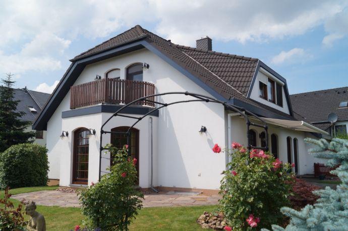 Ein Schmuckstück im Grünen mit stimmungsvollem Garten und romantischem Pavillon! Hochwertiges und komfortables Haus!