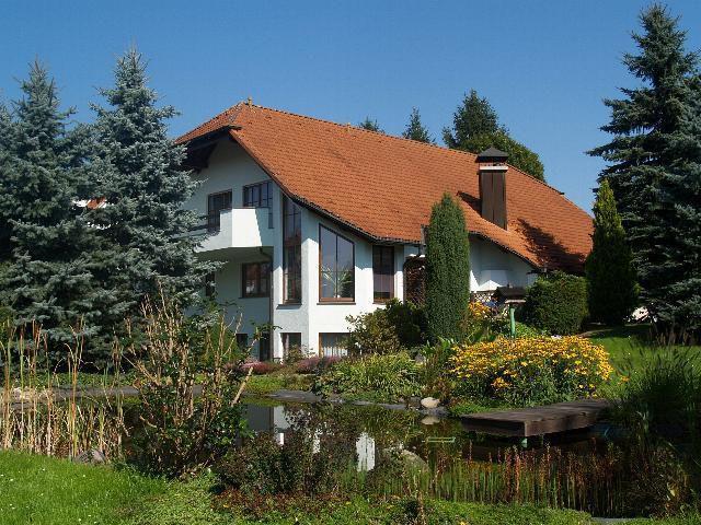 großes Landhaus (Effizienzhaus 40) mit 2.300 m² gepfl. Anwesen in Radeberg, nur 16 PKW-Min. bis zur Waldschlößchenbrücke in Dresden. Aus dem