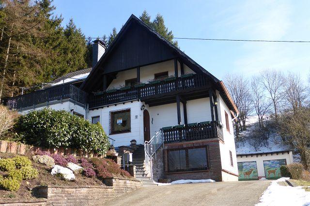 Freistehendes Zweifamilienhaus in TOP-Lage mit unverbaubarem Blick und 3 Garagen