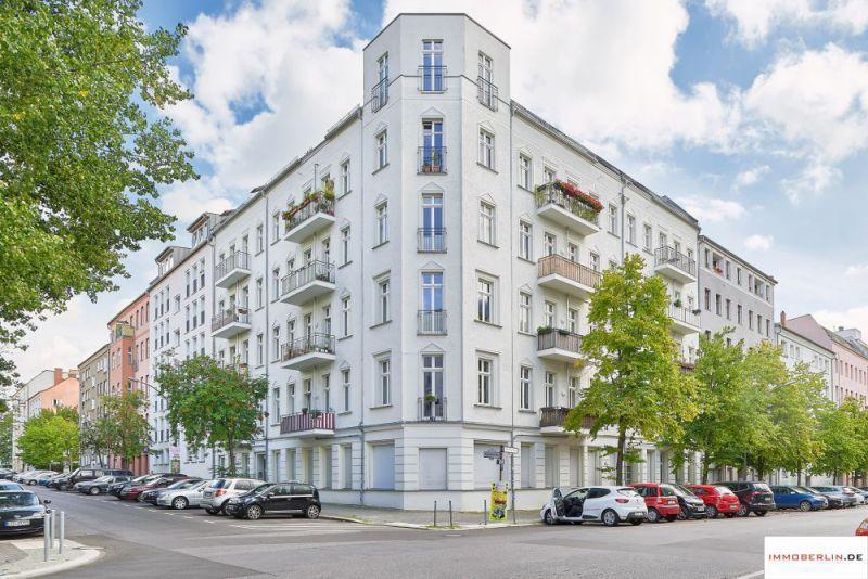 IMMOBERLIN: Charmante Altbauwohnung mit Balkon ins Baumgrün