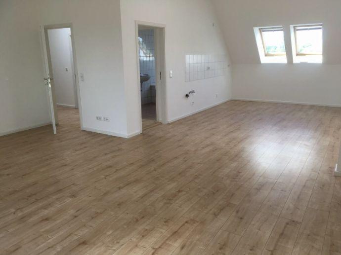 KEINE MASSENBESICHTIGUNG !!! - Großzügige Dachgeschoss-Wohnung in Niederschönhausen