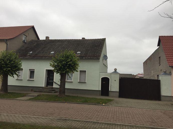 Straßenansicht Hauseingang mit Tor