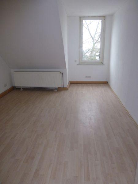 Teilmöblierte 2-Zimmer-Wohnung mit Einbauküche und Tageslichtbad im modernisierten Altbau in Uni- und Stadtzentrum-Nähe.
