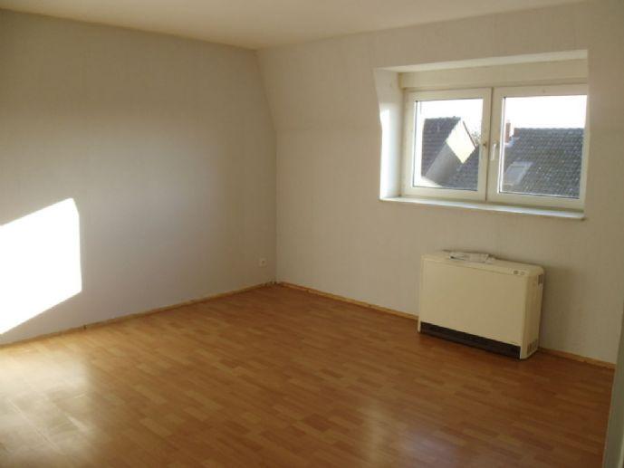 Renovierte und bezugsfertige DG-Wohnung mit großer Wohnküche - auch WG