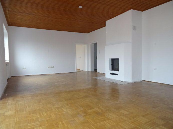 Renovierte, helle 3-Zimmer-Wohnung mit riesigem Wohnzimmer, Balkon & Kamin