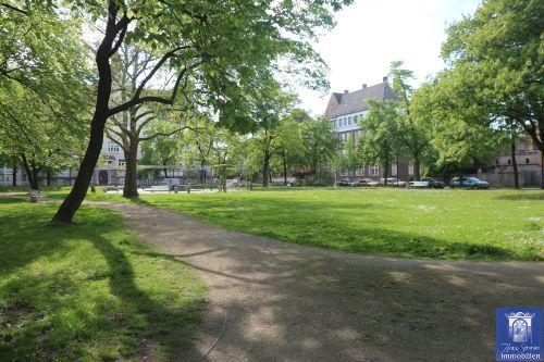 Helle Wohnung mit Laminat, Bad mit Wanne und geräumiger Küche! Schöner Park vorm Haus!